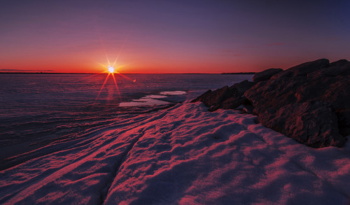 brutalgeneration:  Frozen Ottawa River sunset (by Finepixels)