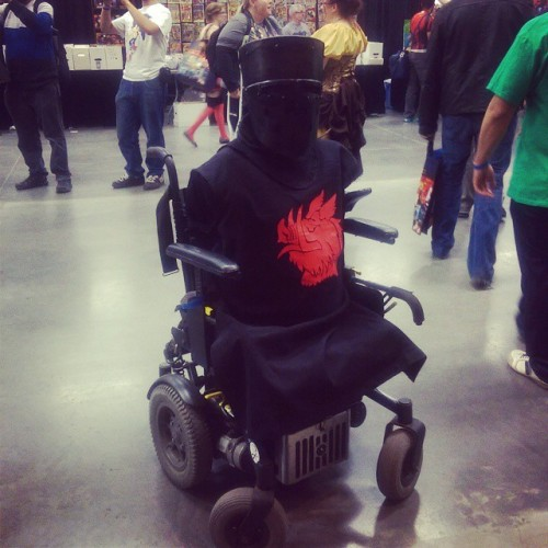 ilovestarkidtoomuch:  stunningpicture:  If you're picky about cosplaying your body type, then you'll love this guy!  Tis but a flesh wound