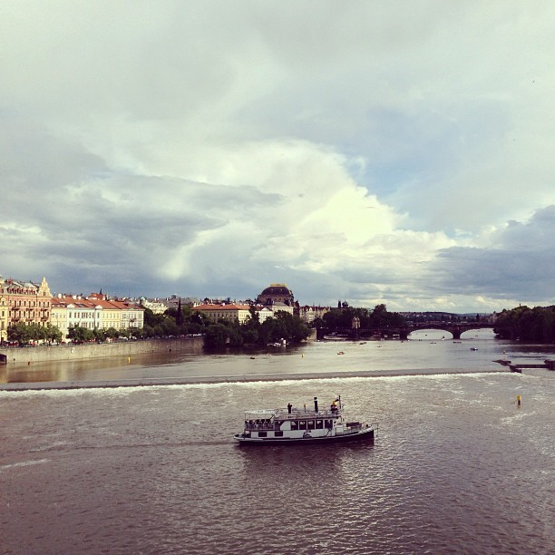 #charlesbridge #prague #river #bridge #boat #czechrepublic #madridtomunich  (at Karlův most | Charles Bridge)