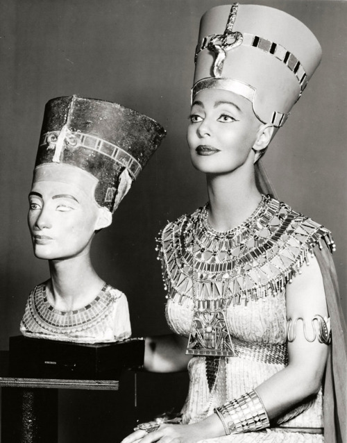 theniftyfifties:  Loretta Young as Queen Nefertiti in The 'Loretta Young Show', 1957.  arms and shoulders