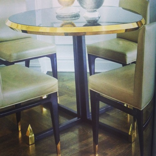 Seriously covering this black and brass dining table I spotted this AM. WANT! 😳