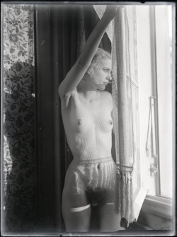 gacougnol:    Man ray   Lee Miller c. 1930