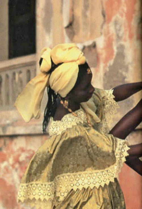 shoulderblades:  enveloppe du désert(desert coil), backstage at oumou sy, dakar fashion week, 2000 africa is in style
