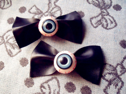 I REALLY HAVE A OBSESSION WITH EYEBALLS!! (✿ ♥‿♥)They're made myself because I couldn't find them anywhere in my city [is not something that people really like here xD]. So I decided to make them by myself  and I think they're not look so bad (´A`;) ? Now the problem is that… I WANT A LOT OF THEM IN ALL POSSIBLE COLORS!! (´ ▽`).。o♡