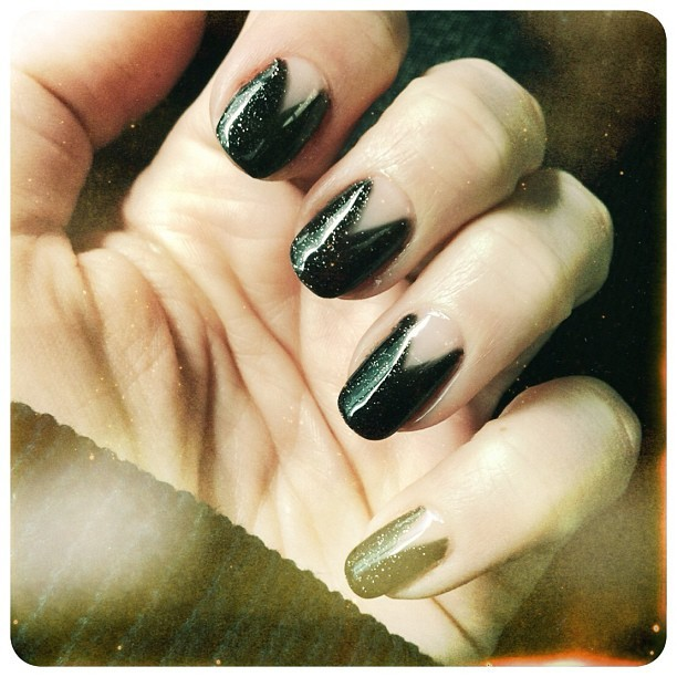 sparkly black triangular reverse french gel mani 💅💕