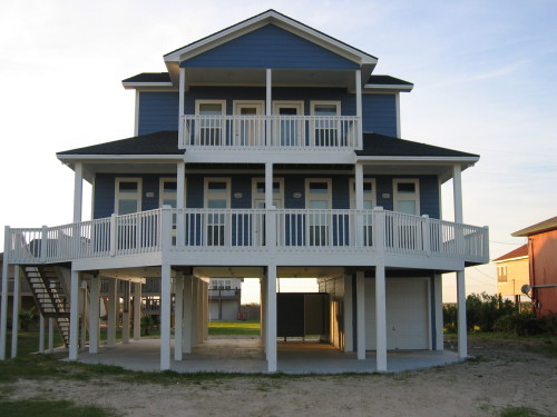 nicheliving:  I love this design of beach homes. Makes me feel protected against anything.