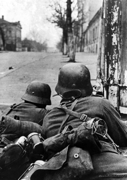 cosmosonic:  German soldiers in a street battle. Kharkov, 1941