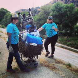 Volunteers clear trash from #LAriver at annual @friendsofthelariver cleanup sponsored by @toyotafinancial @wholefoods and more @missashleygibb @lenapereira  (at Los Angeles River)