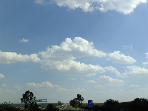 Cielo nublado sobre carretera on Flickr.