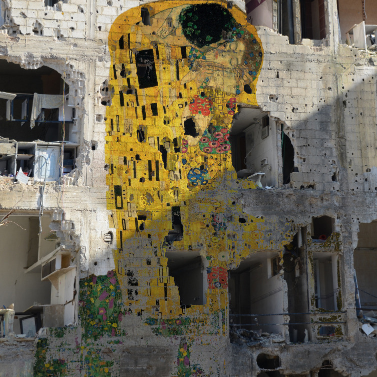vemt:  Tammam Azzam, Freedom graffiti 'Kiss by Klimt' painted on the remains of a building hit by bombs and bullets.