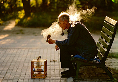 #thomas_hoepker, #1980s, #1984, #china, #beijing, #man, #colour, #asia, #bird, #park, #horizontal, #smoking, #pipe, #smoking_kills