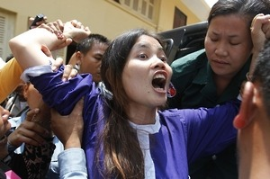 humanrightswatch:   Cambodia: Supreme Court Keeps Activist Jailed On March 27, 2013, the Cambodian Supreme Court denied bail to Yorm Bopha, who was imprisoned in December 2012 after receiving a three-year sentence on apparently politically motivated charges for protesting government land grabs that have adversely affected 700,000 Cambodians.    Photo: Boeung Kak Lake resident Yorm Bopha reacts after she was denied bail at a hearing in the Supreme Court in the capital city of Phnom Penh.© 2013 Reuters