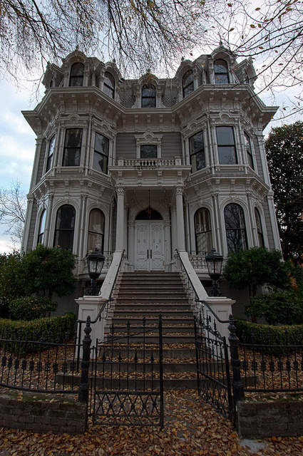 visitheworld:  Old victorian mansion in Sacramento, California, USA (by supra455).