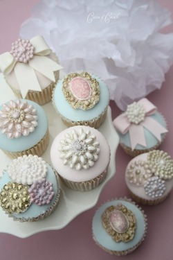 accessorizetoshine:  Vintage inspired cupcakes using a brooch mold! So pretty!