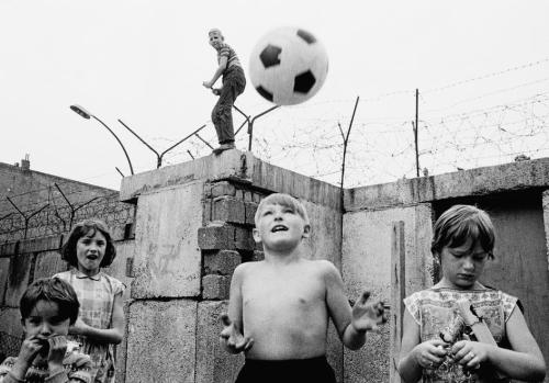 collectivehistory:   Children playing at the Berlin Wall, 1963. (Thomas Hoepker/Magnum Photos)