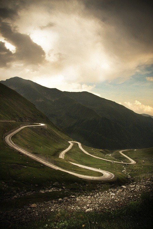 brendan-i-am:  This would be a fun road to drive on.   ^^ in a fast car, of course!