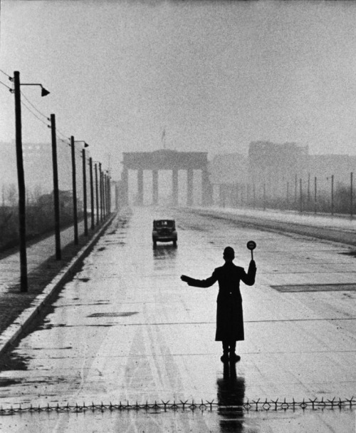 icancauseaconstellation:  Ralph Crane, Eastern Sector, West Berlin, Germany, 1953.  Triste momento da história