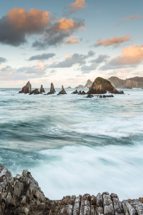 travelingcolors:  High tide in Gueirúa, Asturias | Spain (by José Carlos Photography)