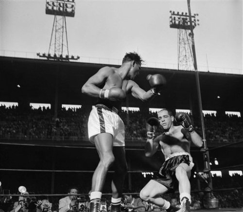 bestofboxing:   May 18, 1956: Sugar Ray Robinson KO 4 Carl (Bobo) Olson, Los Angeles. Retains World Middleweight Title.
