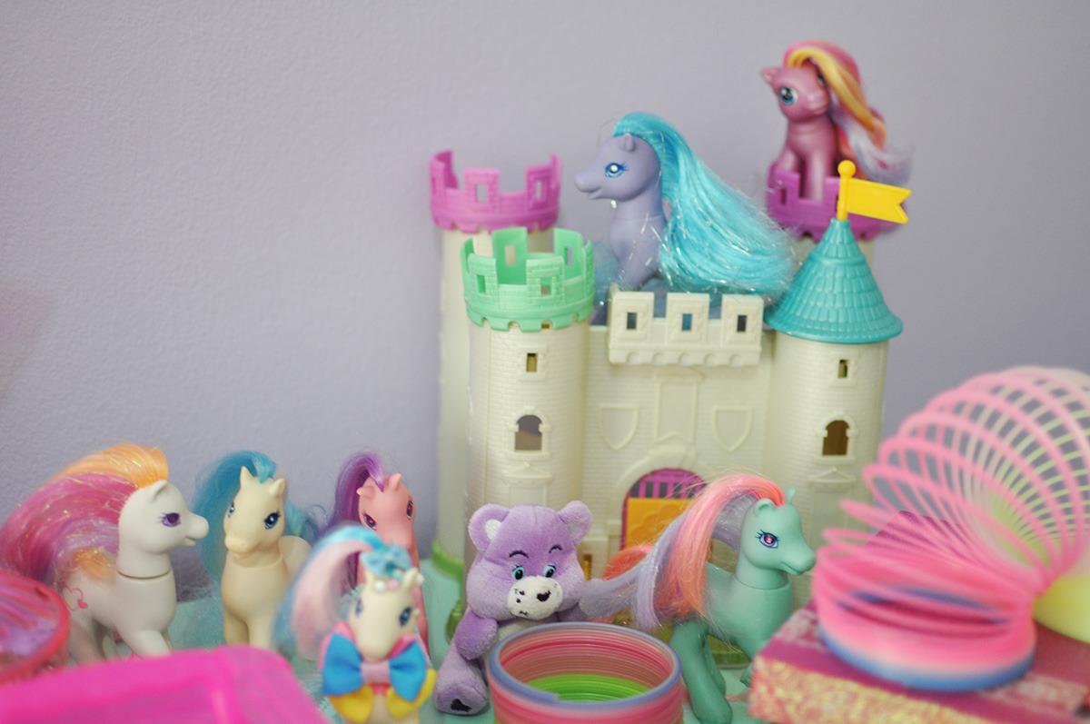 brinquedos sobre a cômoda