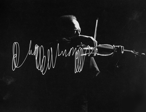 la-journee:  Jascha Heifetz playing violin in Mili's darkened studio as light attached to his bow traces the bow movement. Photo by Gjon Mili,1952.