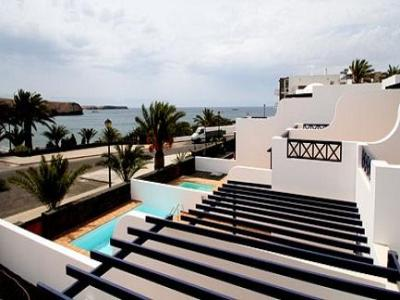 Lanzarote apartment - it enjoys a premium location in Calle de los Llanos, overlooking the ocean and at only 5 minutes from Playas de Papagayo, famous for its crystal water and the white-sand beaches. In the surroundings there is a recently built shopping mall, a large choice of delicious restaurants serving local and international cuisine and plenty of sport facilities.