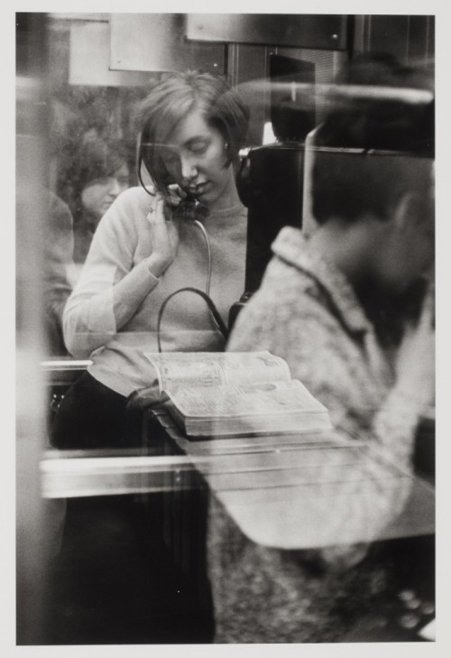 fotojournalismus:  Woman in a phone booth. New York, 1967. [Credit : Danny Lyon]