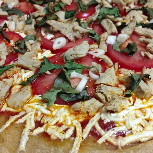 Perfect #vegan #pizza is perfect. Marinara, Daiya mozzarella, chicken, garlic, fresh basil, and tomatoes on a whole grain crust. Fuck yes! 🍕🍅 #whatveganseat #vegansofig #veganfoodshare #yum #food #dinner