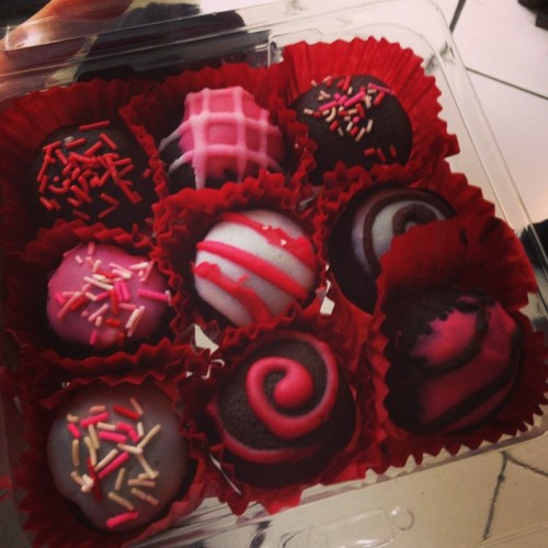 Ahhh. Las cakeballs están buenísimas y están estéticamente tan perfectas que no quiero comerlas (quería, ya llevo como 3). ¡Gracias boss!