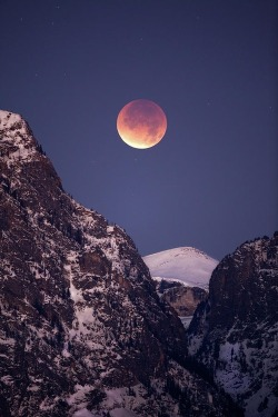 e4rthy:  Lunar Eclipse Over Grand Tetons Wyoming, US by Daryl L. Hunter