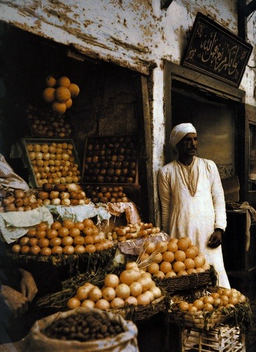 "ledecorquejadore:  ""An orange merchant awaits customers"" (Cairo, 1920s) Autochrome photograph for National Geographic Magazine (via Pinterest)"