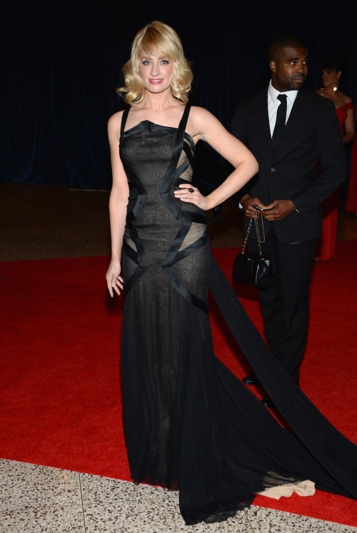 Beth Behrs in #DonnaKaranAtelier at the White House Correspondents' Association Dinner. I love the cut outs on this dress.