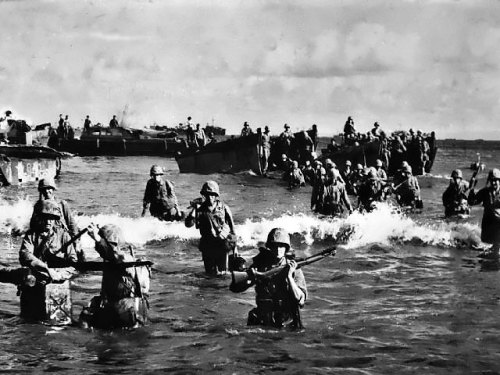 frescuraantigua:  US Marines wading toward Tinian from amphibious tractors and landing boats, Mariana Islands, 25 July 1944.