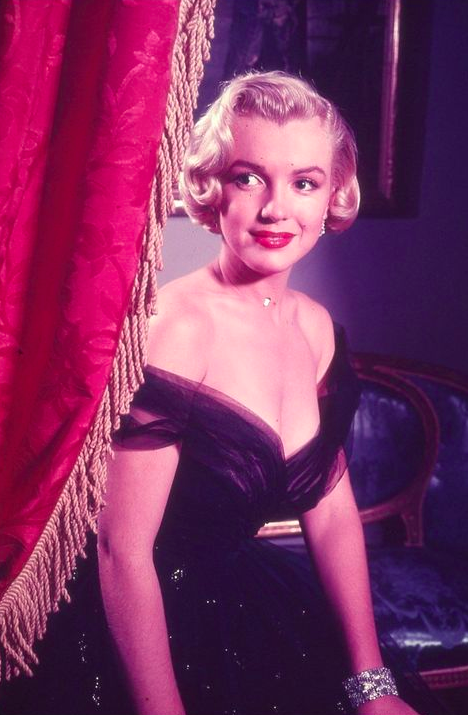 perfectlymarilynmonroe:  Marilyn photographed at the Academy Awards, 1952.