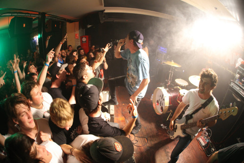savage-seas:  In Hearts Wake @ Hot Damn Sydney [x]