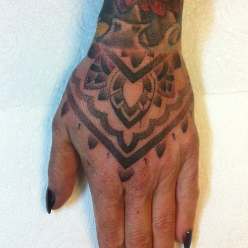 Henna inspired hand job on @woolhousestudios (ignore the cat scratch :) )