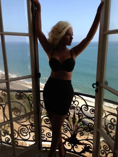 Christina Aguilera….we applaud you.X-tina posted this pic of herselflooking trim and toned on theset of her upcoming music video.