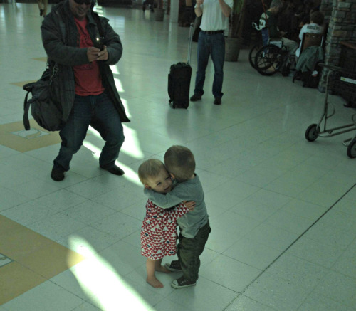 awwww-cute:  These two toddlers who had never met before, but decided to hug it out in the middle of an airport terminal