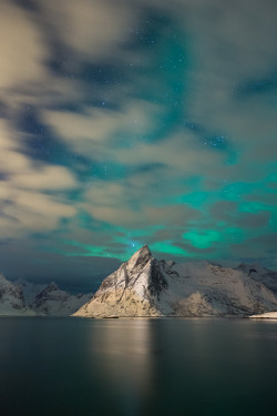 travelingcolors:  Aurora shining in Lofoten Islands | Norway (by Oliver C Wright)