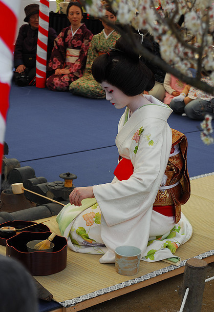 uncommonjones:  Baikasai: Geiko Naosome by dlumenta  Tea Ceremony, Kyōto, Japan