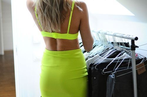 natuurale:  tanned skin and lime green are just perf