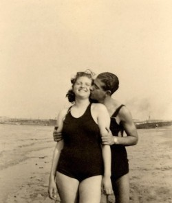 jazzylittledrops:  get-caked:  Coney Island couple. I adore this image.  This makes me happy.