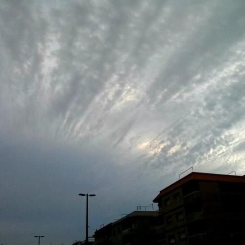 Estos días le ha dado al cielo por hacer formas extrañas sobre Sant Joan Despí #Cielo #Sky #Nubes #Clouds #SantJoanDespí #SJD #Barcelona #Catalunya #Catalonia #Nofilter #Sinfiltro #Pixlr #Nexus4  (en Sant Joan Despí)
