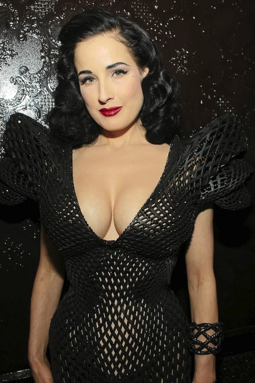 Dita Von Teese. In a 3D-printed dress. The future is here, and it's looking fine. (↬ @curiousoctopus)