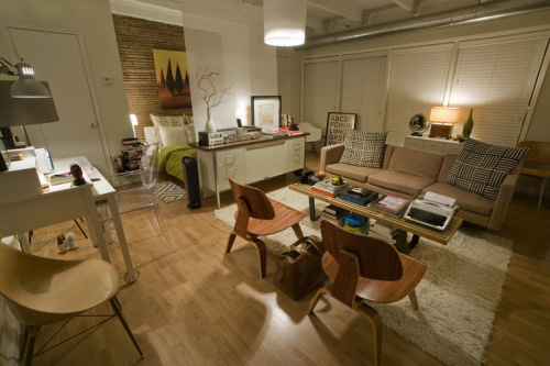 sala, quarto e local de trabalho // living room, bedroom and workspacevia Apartment Therapy