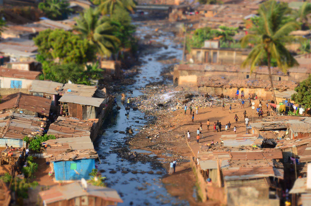 A river runs throuh it, Kroo Town slum, Sierra Leone (by Ed Miles Davey)