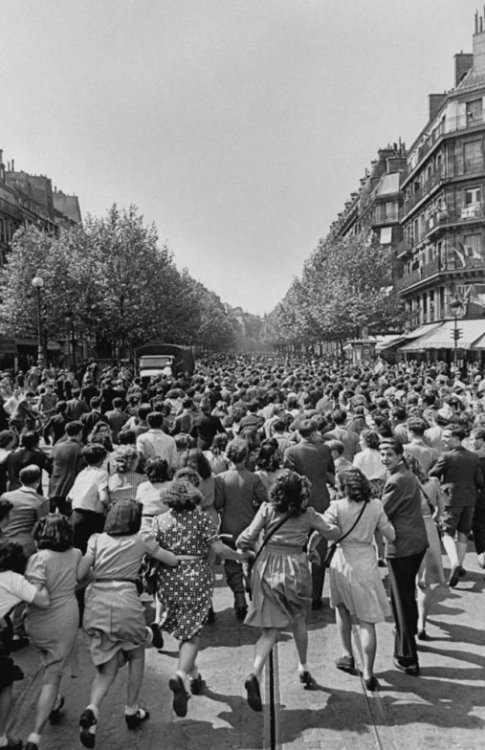 "lostsplendor:  ""Parisians — and untold numbers of refugees from other countries, trapped in Paris since the Germans captured the capital in 1940 — pour into the streets on August 25, 1944"" via LIFE."