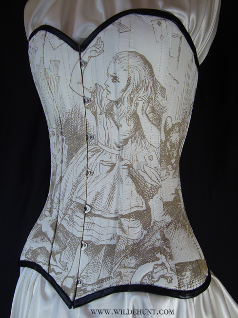 ravenevanescence:  one of the most beautiful corsets I've ever seen.