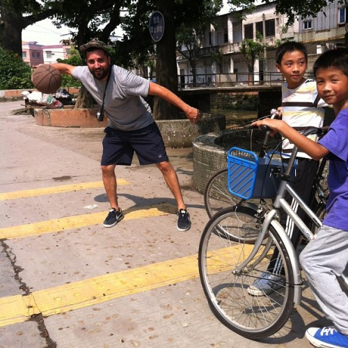 @jefflandi showing the little homies how to ball… #officialguangzhuo 🇨🇳🏀 @official_skate