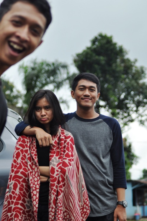 Shella and Adit photobomb lvl: Arief